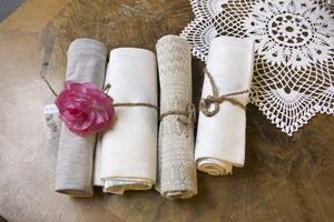 Plocka fram några fina kökshanddukar, eller om du rent av har några linneservetter hemma i lådorna, rulla ihop dem och bind runt ett grovt snöre. Blir lyxiga servetter.