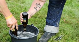 En av grenarna i femkampen var att flytta vatten från en hink till en annan med hjälp av ölflaskor. (Hur man bar sig åt var upp till laget att bestämma. Men hinken skulle rinna över innan det var färdigt).