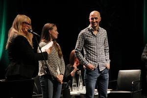 6d3a057bf8a8 Britta Bergström ledde galan och bredvid henne står Lisa Walleräng som blev  Gävles unga miljöhjälte och