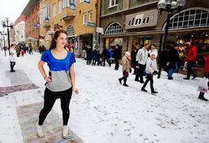 Isabella Karsson i 3:an visar upp en nydesignad klänning när hantverksprogrammets mode och designelever på Palmcrantzskolan hade modevisning med deras återvunna kläder från Rut m.fl. Foto: Ulrika Andersson