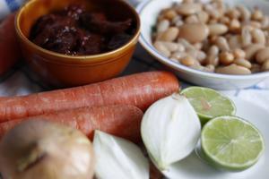 Ingrediens er till bönchili med rökig smak. Chipotle en adobo, blandade bönor, morötter, lök och lime.