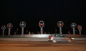 Ljusen i olika färger tändes i den nya rondellen i Sandviken. Längre bak syns björkarna som även de lyser i mörkret.