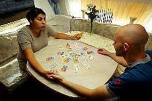 Foto: TOBIAS IVARSSON Korten på bordet. Bianca tar fram korten, fattar Håkan Durmérs hand och vips så kan hon berätta både ett och annat om GD:s reporter.