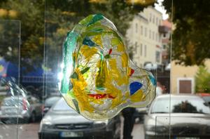 Första utställaren i de nya lokalerna är Kristina Alexandersson Malmberg från Gustafs, som bland annat visar spännande glaskonst. I en annan del av lokalen hänger fotografier av Gomer Swahn som han skänkt till kommunen.