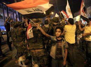 Firande människor i Mosul efter att staden fritagits av irakisk militär.