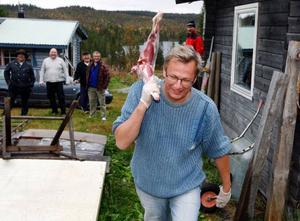 Kocken Tommie Brandt på väg mot röken med sin killing, påhejad av lagkamrater.Foto: Jan Andersson