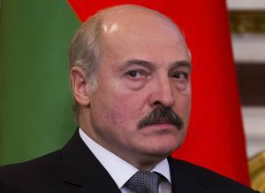 President Aleksandr Lukasjenko valde till slut att gratulera Svetlana Aleksijevitj till Nobelpriset, bara för att någon vecka senare kritisera henne igen.