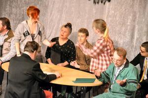 Kommunfullmäktige. I mitten sitter Framtidspartiet som spelas av Kajsa Henricsson och Chebon Fernberg- Bärnvall.