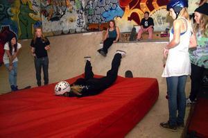 """Det underlättar med en stor skyddsmadrass när man ska lära sig """"drops"""" från rampkanterna. Foto: Elisabet Rydell-Janson"""