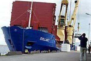 Foto:LEIF JÄDERBERG Nypremiär. Den tyska båten Dollart blev den första på 27 år som lastade pappersmassa vid Stora Ensos egen kaj i Skutskär. Sex timmar tog lastningen av 1 600 ton massa.