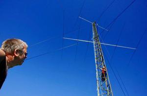 Mikael Andersson som är vice ordförande i Jemtlands radioamatörer, klättar upp i masten för att justera en                 antenn. Sven-Henrik Östberg håller sig däremot kvar på terra firma. Foto: Henrik Flygare