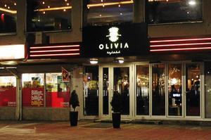 Socialnämndens myndighetsutskott har utdelat två varningar och två erinran mot ägarna till Olivia sedan öppningen. Alla beslut har inte vunnit laga kraft, men sammantaget  leder bristerna till att krogen inte längre får ha öppet till 03.00.