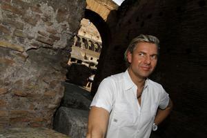 Från Rom till Gävle. Joe Labero trollar världen över, i Italien härom veckan och på SVT och i Gävle i morgon.