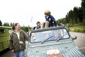Långväga bilentusiaster. Marianne, Ouide, Ramses och René Stigt har bilat från Holland, för att vara med på 2CV-världsmötet på Rommehed. – Killarna är som galna veckor innan vi åker, de älskar att bilsemestra, berättar pappa René Stigt. Foto: Stina Rapp