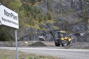 Alf Svensson, maskinförare, arbetar med att färdigställa ytan för en av Timrå kommuns nya snötippar.