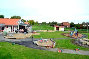 Utemiljön. Lekområdet är stort och inbjudande på den nya förskolan Sörgården i Hidinge/Lanna