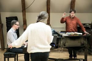 – Det är fantastiskt att få arbeta med en så kunnig och noggrann dirigent som Tobias Ringborg. Det ger trygghet, säger Maria Keohane.