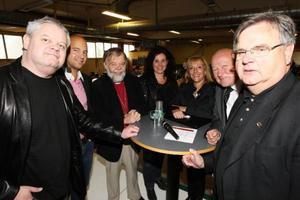 Lars Bohlin, Robert Petterson, Tony Guldbrandzén, Marie Andersson, Susan Bolgar, Lars Lagrell och Leif Nilsson ventilerar sina åsikter.Foto: Håkan Degselius