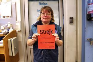 Strejk. Annette Landahl, en av de strejkande på bilprovningstationen, sätter upp lappar om att strejken har gått igång.