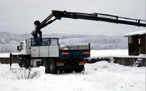 Lastbilen har stödben så att den inte faller på grund av kranens tyngd. FOTO: ANGELICA LINDVALL