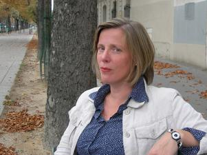 """Hon Skriver staden. Författaren Karin Stensdotter är också arkitekt och bygger en berättelse om platsens betydelse för människan i """"En underbar roman"""" där svenskan Gertrud inte kan skiljas från sin utsikt mot Eiffeltornet."""
