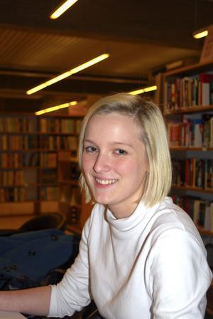 """Isabelle Almskoug förbereder sig inför ett prov i kärnfysik. """"Det börjar faktiskt släppa nu, även om jag först rös av bara namnet"""", säger hon."""