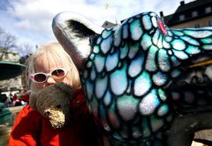 Treåriga Irma Absér Eklöf, med solbrillor och nallen innaför jackan, gillade Terminator 2 bäst, den var nämligen lika cool som henne.