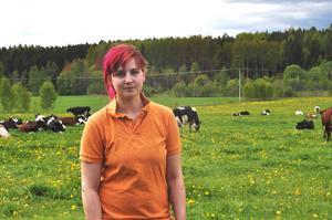 """Frispråkig. 24-åriga mjölkbonden Lina Sjöberg i Bergby är nöjd med Gefleortens Mejeriförening, men ifrågasätter Arlas satsningar utomlands: """"I den bästa av världar köper alla svenska produkter – och alla är bönder!"""""""