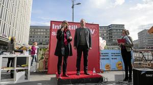 Värvar röster. Vänsterpartiets ordförande Jonas Sjöstedt och Malin Björk, förstanamn på EU-listan, talar på partiets valupptakt inför EU-parlamentsvalet i Stockholm.