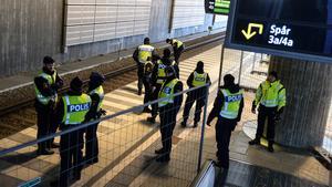 Polis ska stoppa flyktingar vid Hyllie station i Malmö.