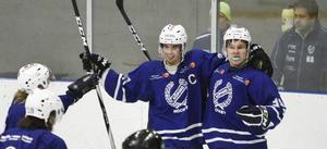 Köping HC gjorde vad som krävdes och besegrade Nor i sista grundspelsmatchen. Här firar lagkaptenen Jerker Permats och Tim Svensson efter ett av KHC:s åtta mål.