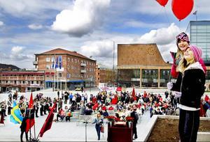 Första majfirande på stortorget i Östersund, där sång och musik varvades med politiska tal.
