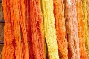 Färger hör våren till och att då kombinera färgerna från växtriket till vackra garner, det kan inte bli bättre.