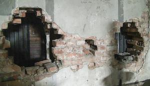 Bufferthålen i mellanväggen och andra historiska detaljer i lokstallet sparas i ombyggnationen.