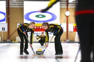 Sofie Bergman och Sandra Ljungberg. I bakgrunden Emma Sjödin, Team Woolpower.
