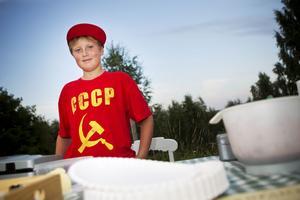 Elias Lindström, 10 år, sålde nygräddade våfflor med hemkokt jordgubbssylt som han gjort alldeles själv. Och försäljningen, den gick strålande.