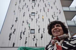 När konstverket på husgaveln till Kumla Bostäders senaste bygge avtäcktes var konstnären Ann-Sofi Sidén på plats. I regnet gav hon en bakgrund till konstverket vars ursprung är en videoinstallation i den Norditalienska staden Reggio Emilia.