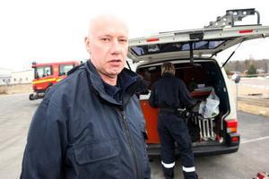 Polisens kriminaltekniker Per Handspik är på plats för att göra en undersökning av ishallen.