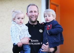 Marcus Bergenholtz med barnen Elsa och Theo.