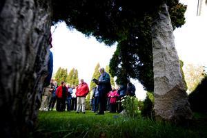 Per Pettersson, ordförande i kyrkogårdsnämnden, hade mycket information att ge kring olika personer som ligger begravda på kyrkogården i Bjursås.