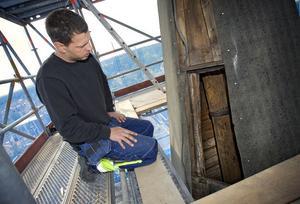 En bidragande orsak till rötskadorna under plåten, är äldre dagars renoveringsteknik. När korset och kulan skulle förgyllas vid en tidigare uppsnyggning, fick målaren klättra ut genom en lucka i tornspiran, berättar entreprenören Jonas Karlsson. För att ta sig upp till toppen använde målaren så kallade stegjärn, som slogs igenom plåten och fungerade som stegpinnar. I de hålen har regnvatten trängt in och förstört träet.