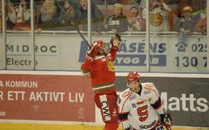 Jonathan Johansson jublar efter att han utökat Moras ledning till 3–1 i den andra perioden. Foto: Jörgen Wåger