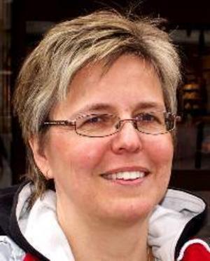 """Susanne Emanuelsson, 44 år, Brunflo:– Jag vet  inte om den är bra. Jag har just börjat läsa """"Norrlands Akvavit"""" av Torgny Lindgren. Men den verkar bra."""