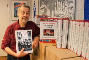 Kalle Güettler med den nya boken som säljs i en kassett tillsammans med del 1 som handlar om åren 1915-1990.