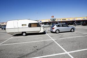 KÖPISCAMPING. En del väljer att campa vid en mysig sjö, andra väljer asfalten vid Valbo köpcentrum.