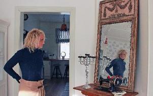 Caroline Willfoxs sinne för heminredning märks i detaljer som den gamla symaskinen med spegel på, den senare inköpt på auktion i Östeuropa.