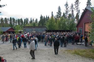 Gissningsvis hade 300-400 personer tagit sig till den lilla orten Kullberg för att delta vid lördagens veteranbilsauktion.