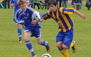 DUELL. Tunabro och Tucuman kämpar om bollen. Den argentinske killen ser ut att ha läget under kontroll.
