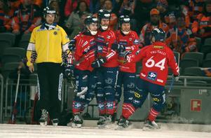 Mattias Hammarström, tvåa från vänster bland Edsbyspelarna, sköt 2–1 på straff i 84:e minuten.