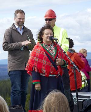 AnnaSara Stenvall jojkade om vinden i samband med invigningen av Mullbergs vindpark på tisdagen.